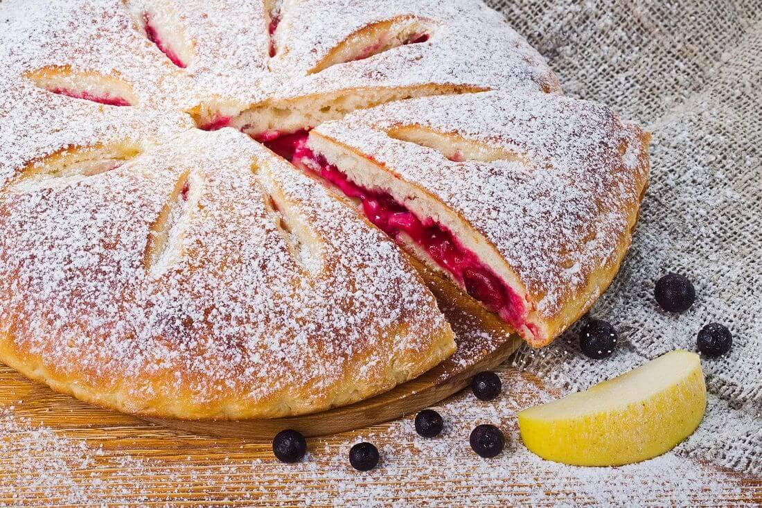 Осетинский пирог с яблоком и смородиной