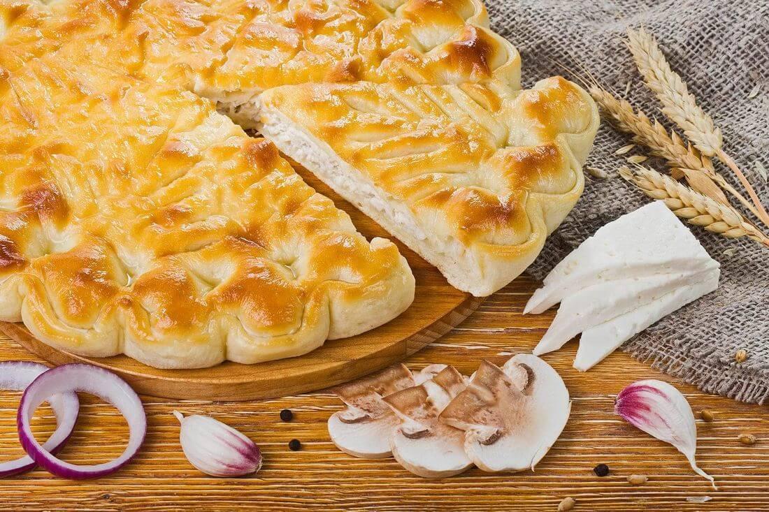 Осетинский пирог с индейкой, грибами и сыром