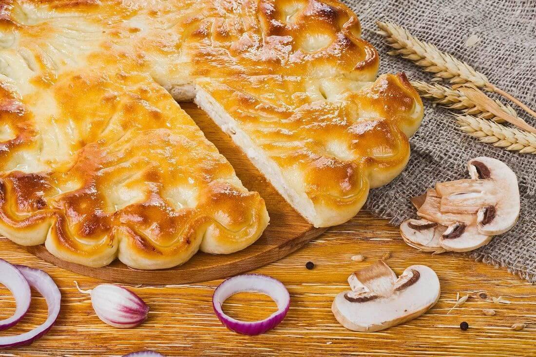 Осетинский пирог с капустой, грибами и жареным луком