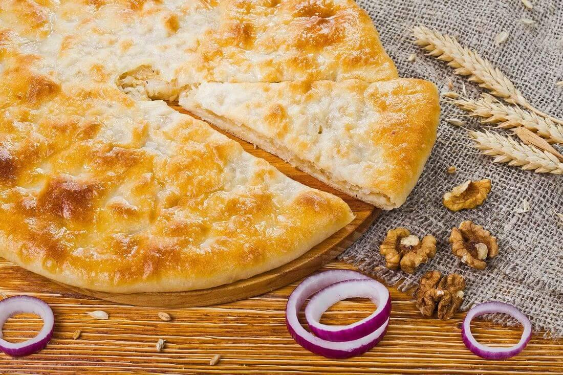 Осетинский пирог с картофелем, грибами, жареным луком и грецким орехом