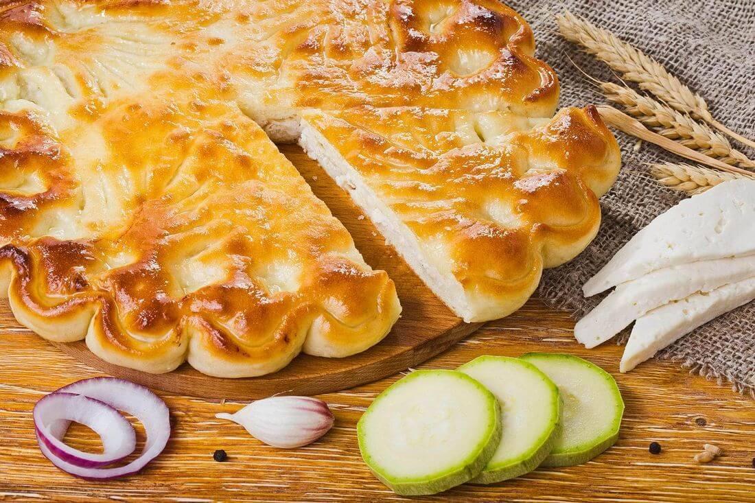Осетинский пирог с курицей, кабачками и сыром