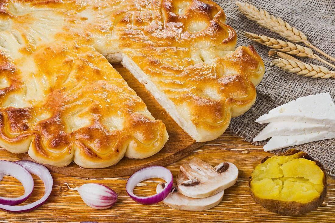 Осетинский пирог с сыром, картофелем, грибами, курица и лук